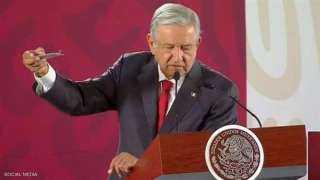 رئيس المكسيك يكتشف جهاز تجسس في القصر الرئاسي ويعرضه على الصحفيين