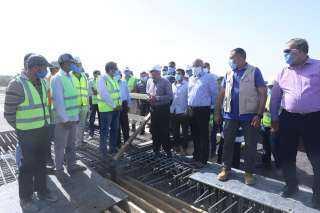 بالصور و الفيديو .. وزير النقل يتابع أعمال تنفيذ  4 محاور على النيل